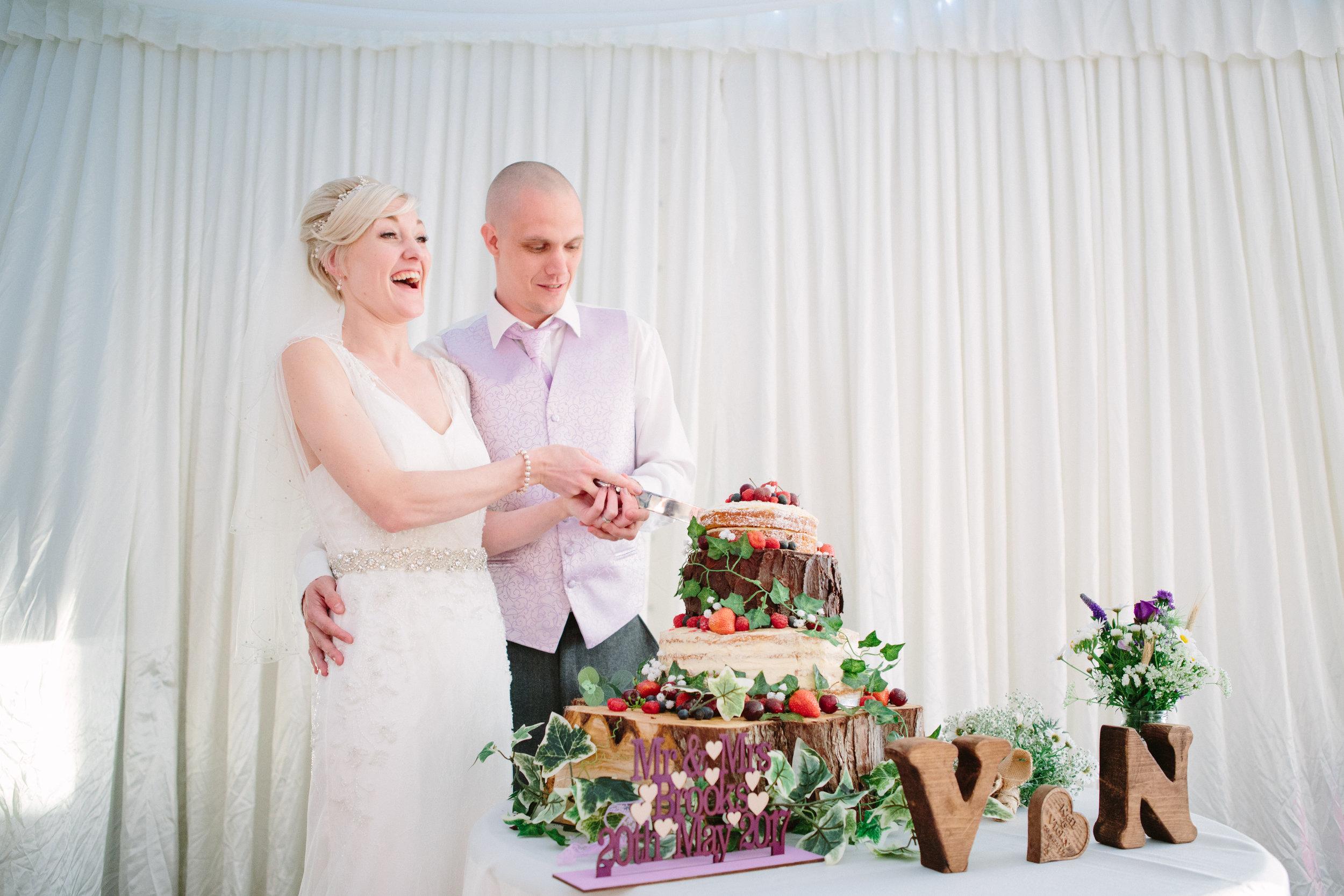 cotswalds-chipping-norton-oxfordshire-london-wedding-photography-cake-cutting-43