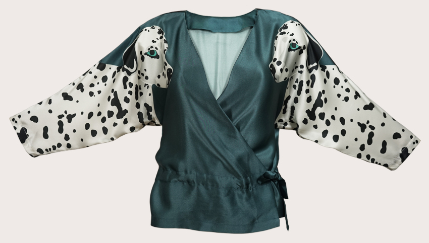 達爾馬提亞印花真絲緞面裹身上衣  這是我們的達爾馬提亞印花裹身上衣,由100%真絲緞製成,頂部有兩條對稱的黑色和白色達爾馬提亞狗,袖子上有一條內側腰帶,可以調整到更加迷人的晚裝外觀或寬鬆穿著穿著T卹,穿著輕鬆的衣服。