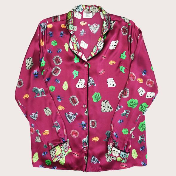 紀念品印花睡衣式襯衫  我們的紀念印花真絲襯衫融合了漂亮的圖案,從古代雕塑的照片到花崗岩地板和雨靴的手繪插圖。這個頂部是關於記錄浪漫假期!這款襯衫採用100%真絲緞面製成,衣領和袖口飾有對比色印花。這是放鬆休息之夜的完美裝備!與搭配的褲子搭配,打造完美造型!為了更加精緻的白天外觀,為什麼不嘗試將它藏在你最喜歡的褲子或牛仔褲裡。