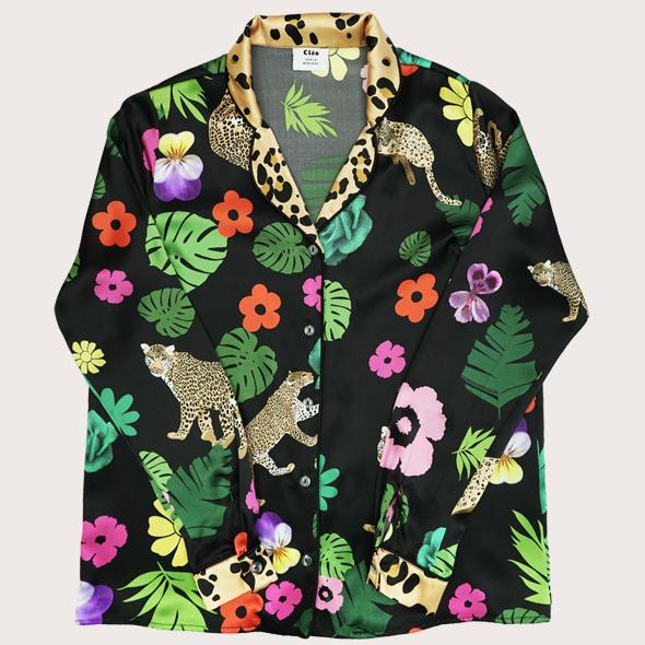 叢林印花真絲睡衣式襯衫  這款漂亮的真絲襯衫飾有金色美洲虎,穿過巨大的熱帶花朵和棕櫚葉。領口和袖口飾有對比色金色美洲豹圖案,採用100%真絲緞面製成。這款睡衣式襯衫白天穿著非常適合日間穿著,或者在晚上與迷人裙子搭配。搭配相配的褲子,享受夜晚的奢華!