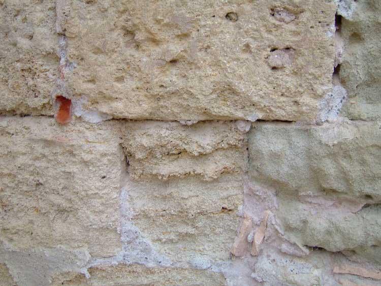 Traces blanches de salpêtre sur un mur extérieur