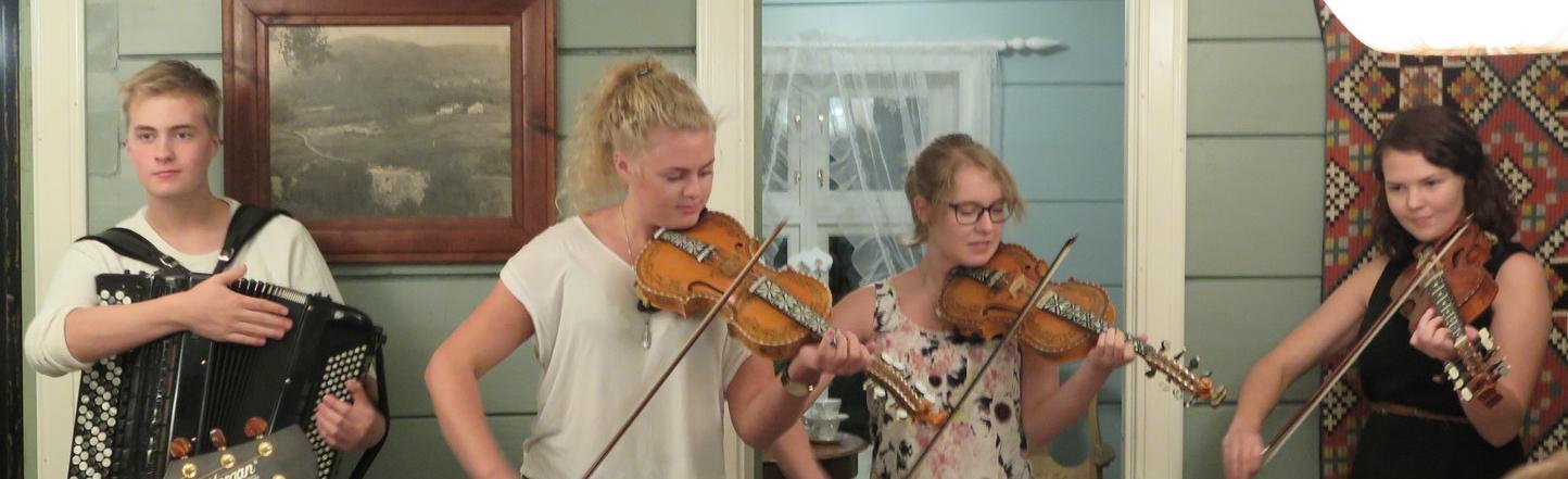 Deler av Firda spelemannslag under mini-konsert på Balsnes Gard i Nordfjord