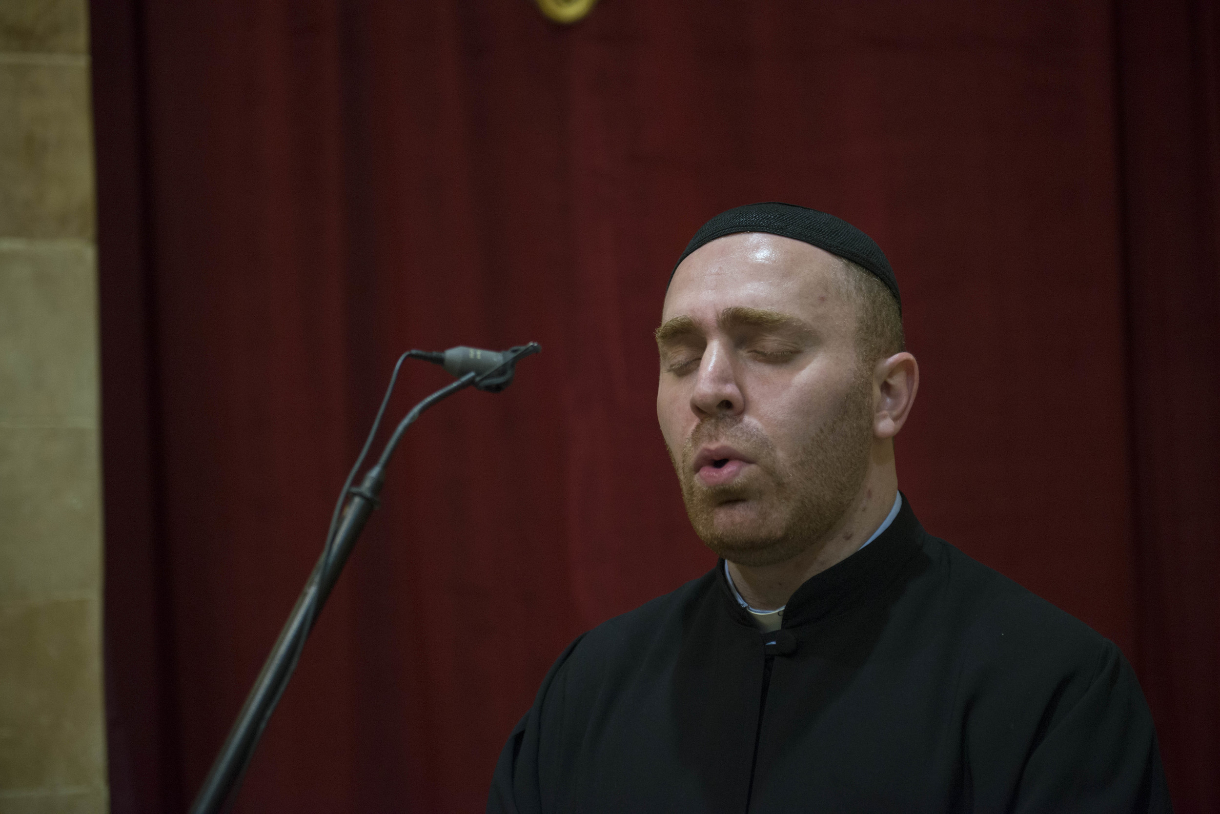 Fader Jaques som syng heime i kyrkja   i Zahle der han er prest.