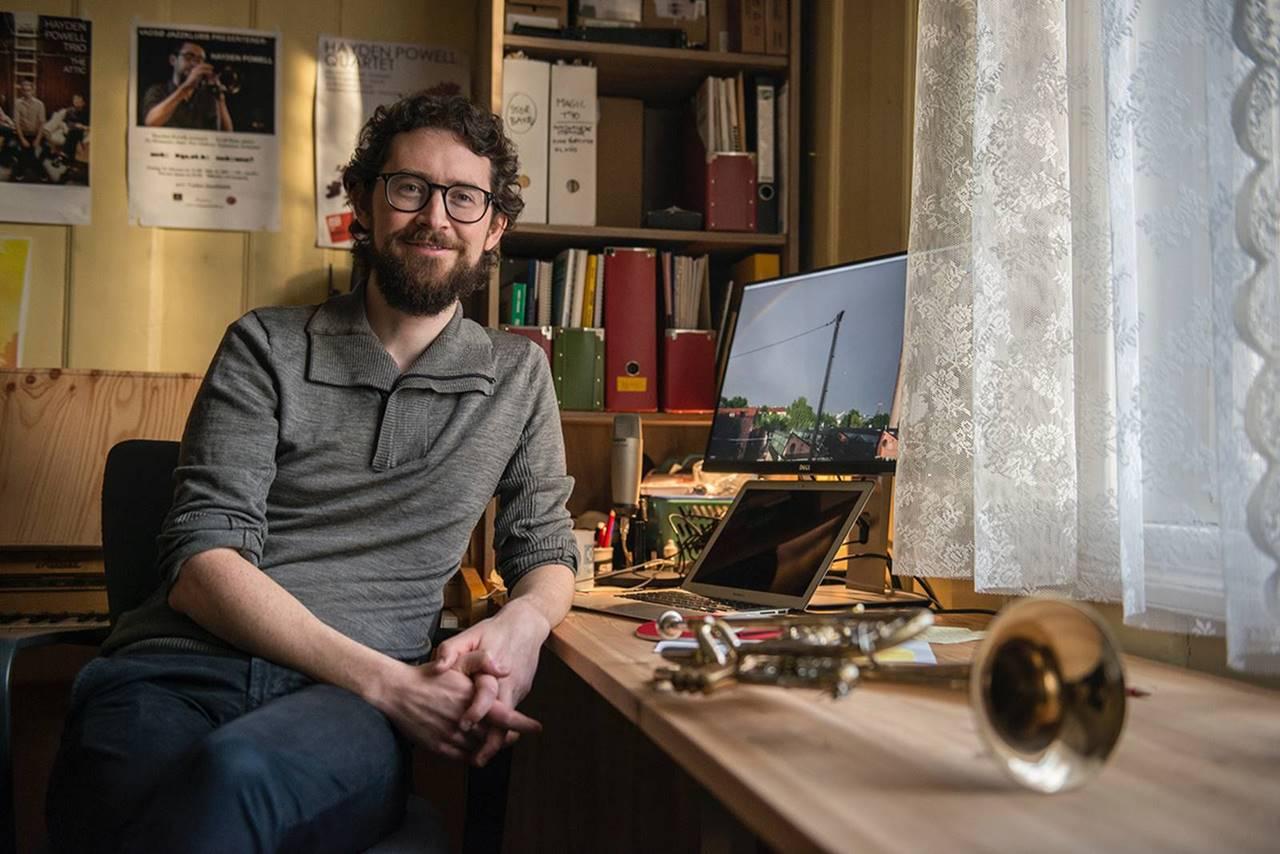I eit freda, sjarmerande hus på Sagene i Oslo leiger jazztrompetisten Hayden Powell øvingsrom. Her må han òg gjera kontorarbeidet, etter at han blei far, og barnet kravde sin plass der heime.