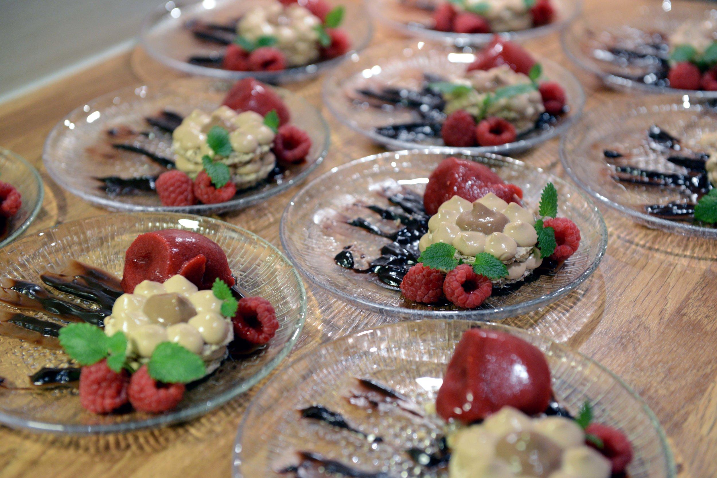 Desserten md bringerbær og sjokolade var ein vinnar! Delikat og velsmakande, akkurat slik det skal vere, seier Ragnhild. Foto: Arve Ullebø