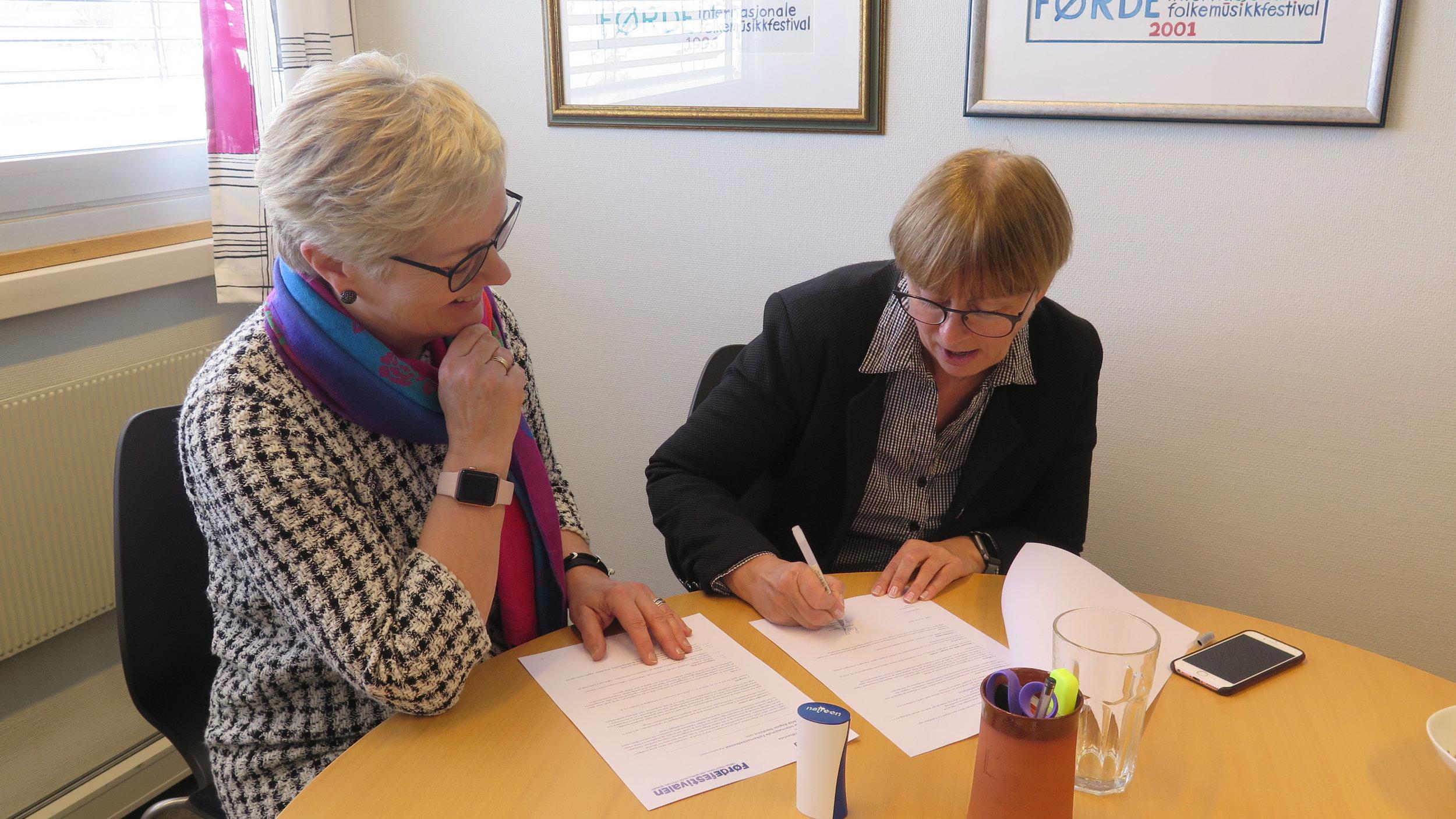 Liv Judit Straume, regiondirektør i BOB, signerer den nye hovudsponsoravtalen med Førdefestivalen.