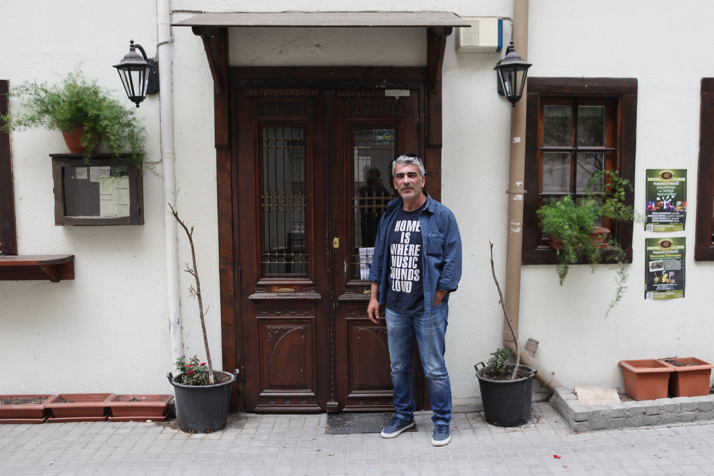 LEVANDE FOLKEMUSIKK: Dimitris var med på å etablere Prinkípissa (gresk for prinsesse), ein liten pub der det er rebetika-konsertar kvar einaste dag.