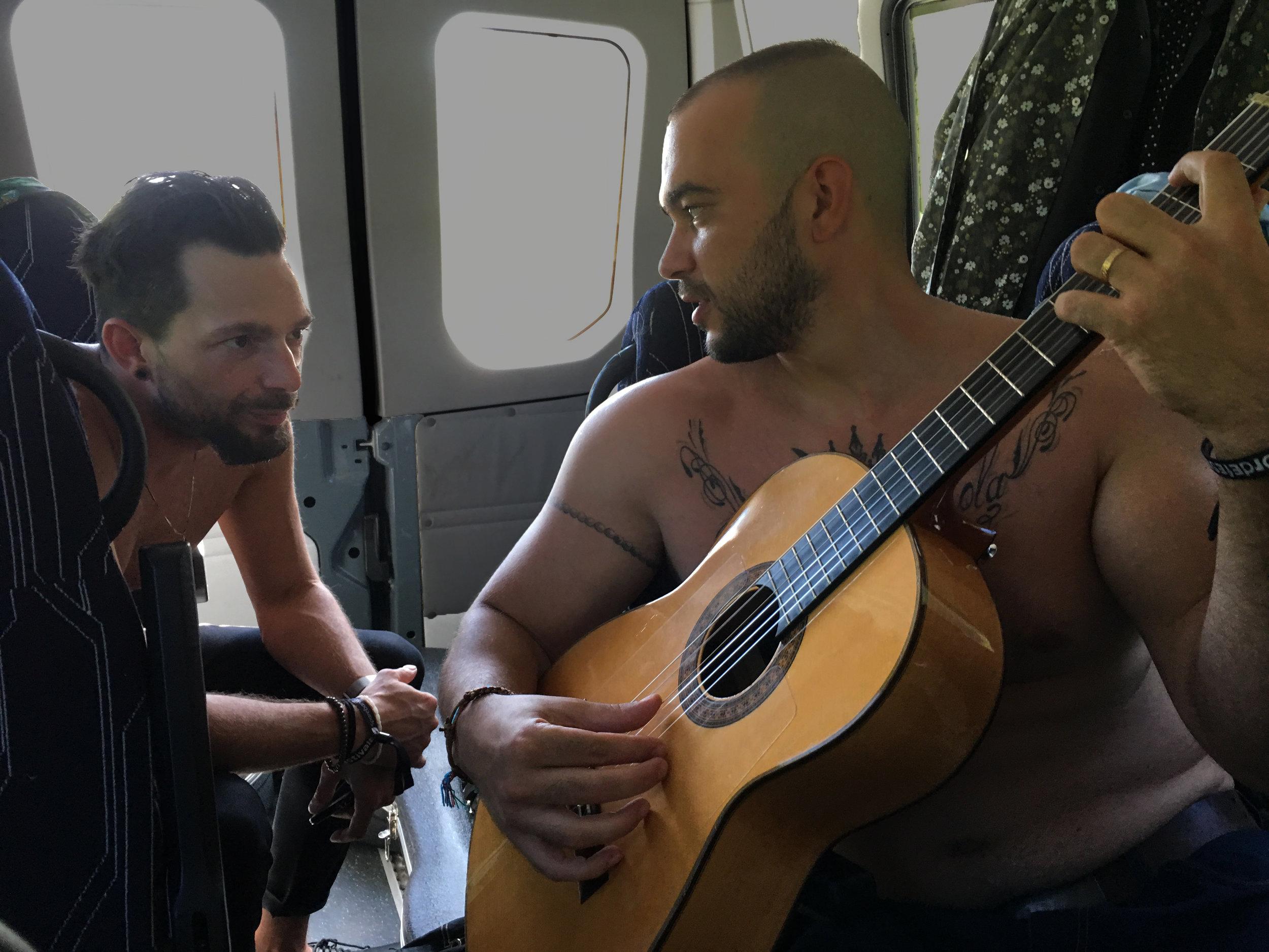 Enrique Serviole lærer nokre knep av Sam Mosquetón medan bussen et seg fram mot Sandane. (Foto: Marianne Lystrup)