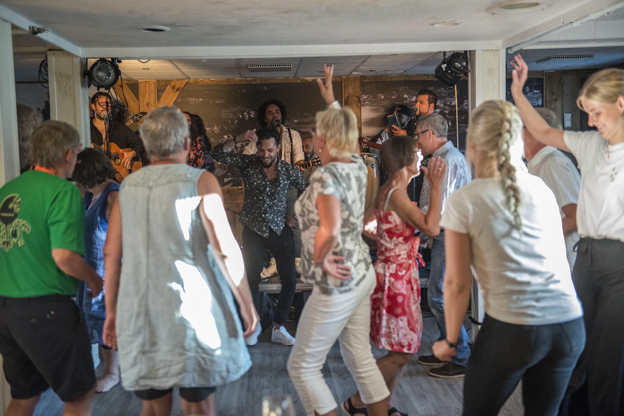 Enrique Serviole får folk med seg i dansen. (Foto: Marianne Lystrup)