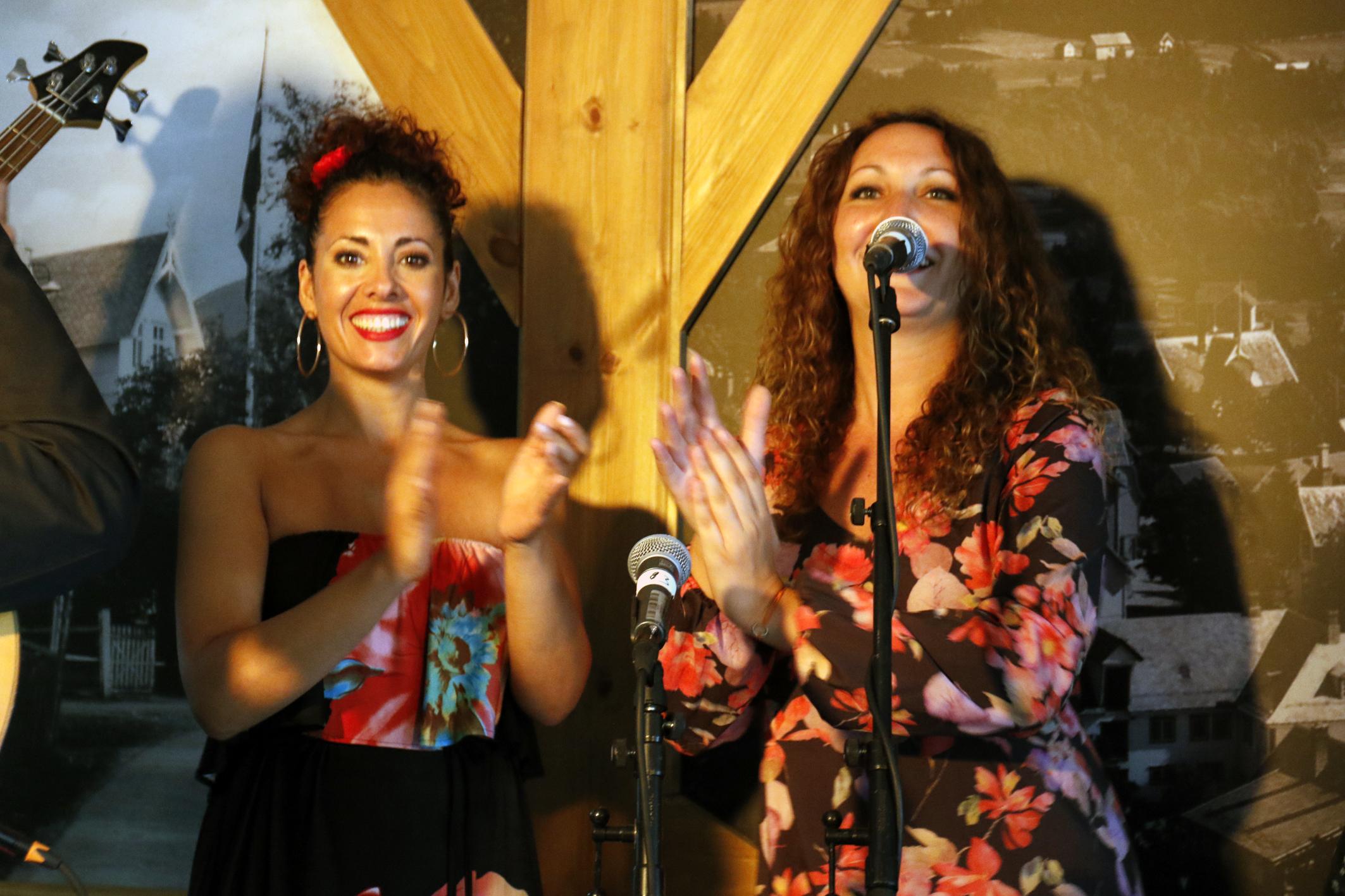Raquel Vicente (som held dansekurs i Rumba Catalana på fredag) og Alba Bioque er nokre råskinn på 'palmas' (Foto: Geir Birkeland)