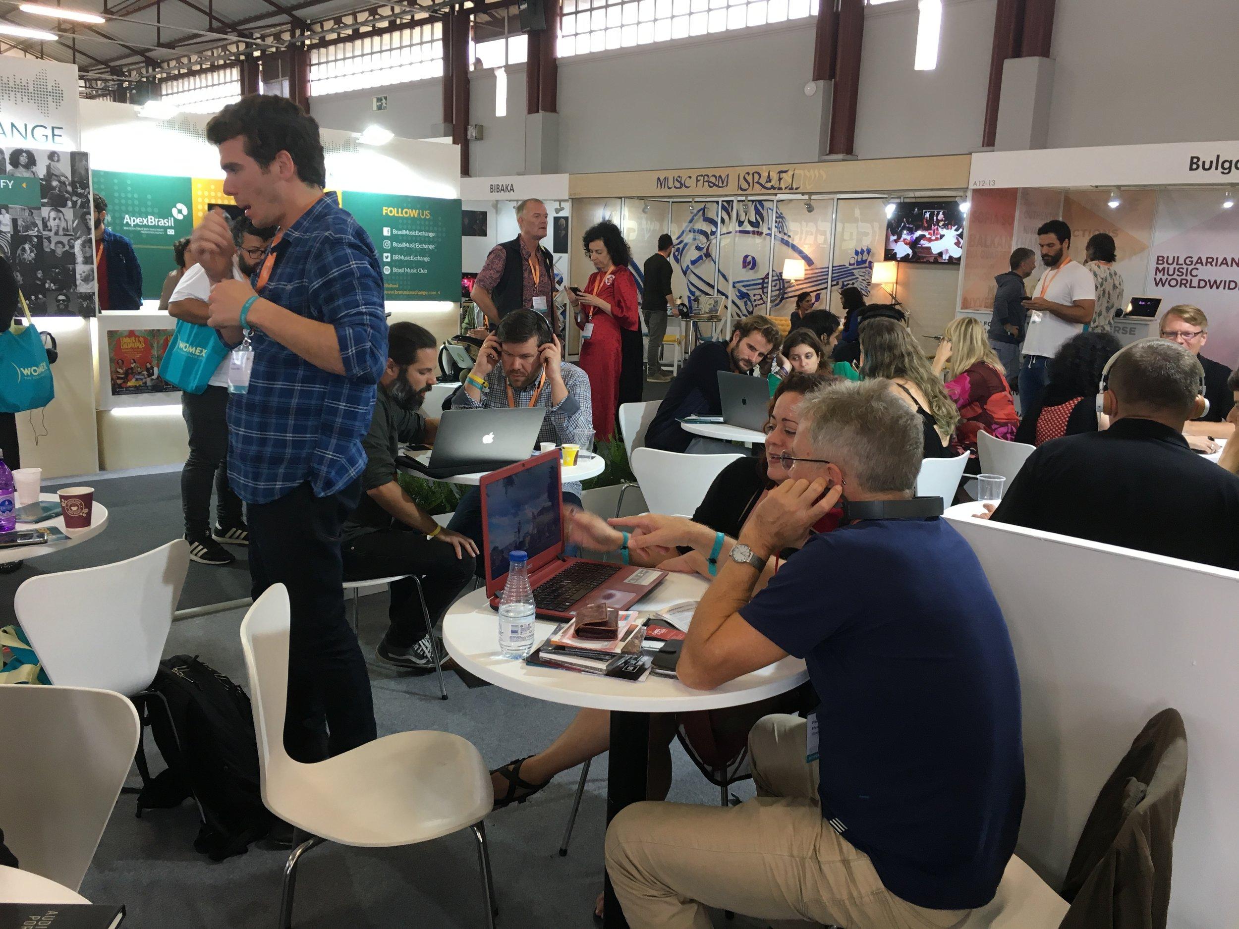 Per Idar Almås i 'speedmeeting' på den brasilianske standen på Womex.
