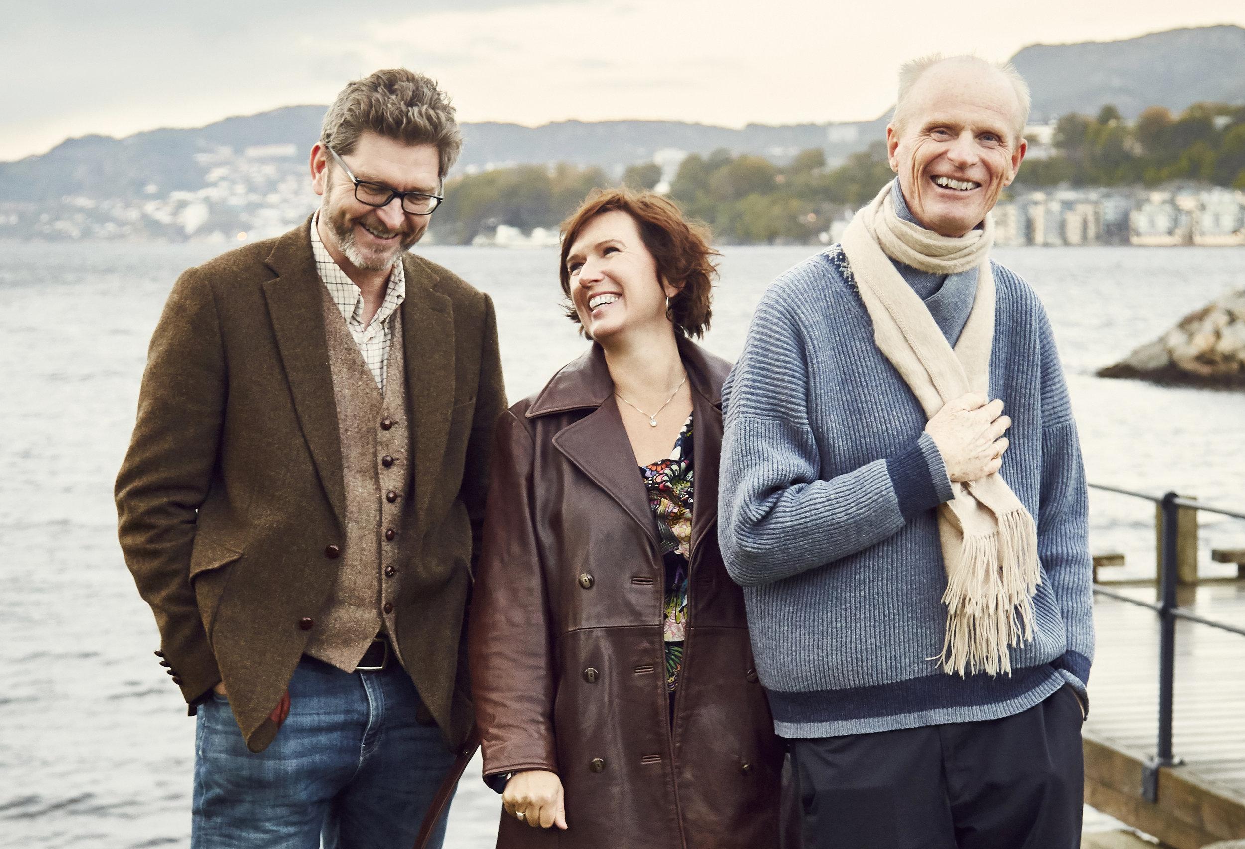 Bergsveinn Birgisson, Berit Opheim og Gabriel Fliflet - dette trekløveret møter du i den litterære konserten GLIMESTEINAR i Jakob Sande-tunet søndag 25. november. Foto: Øystein Haara
