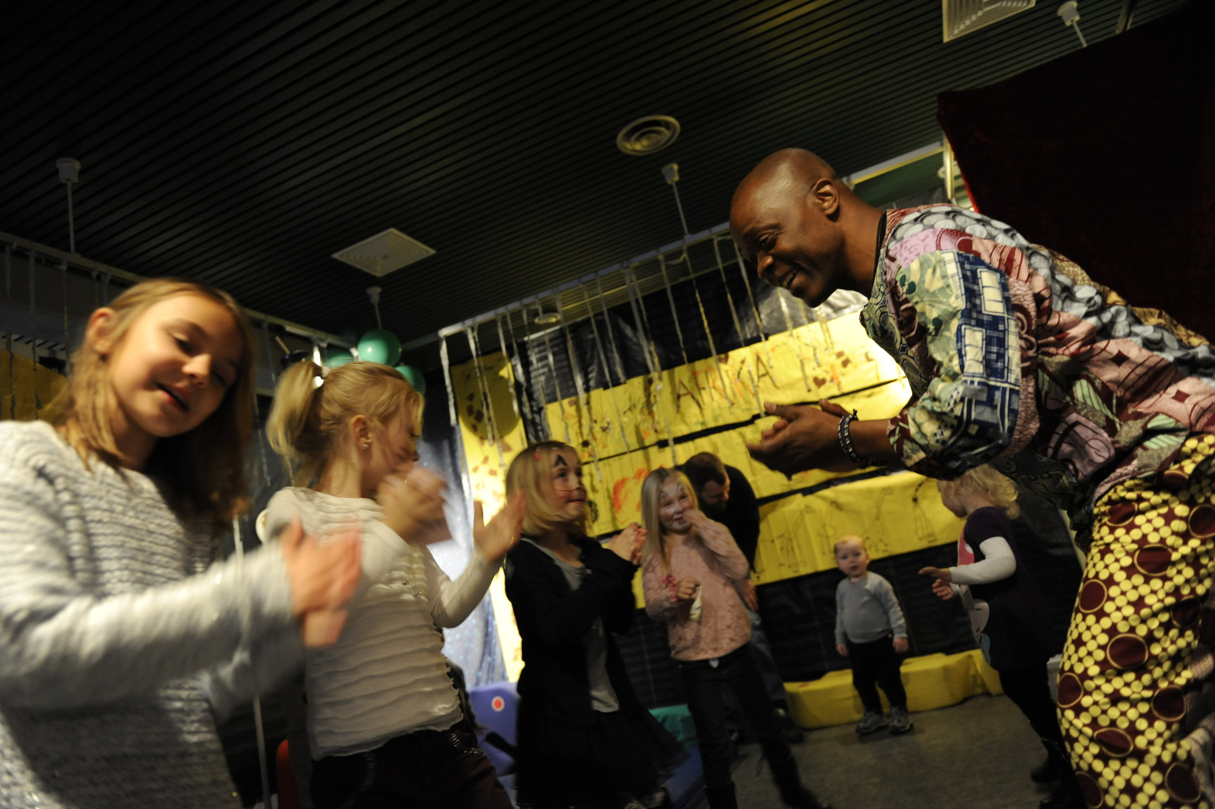 Populære Raymond Sereba kjem til Førde med sin afrikanske rytmeverkstad. Fest og moro!