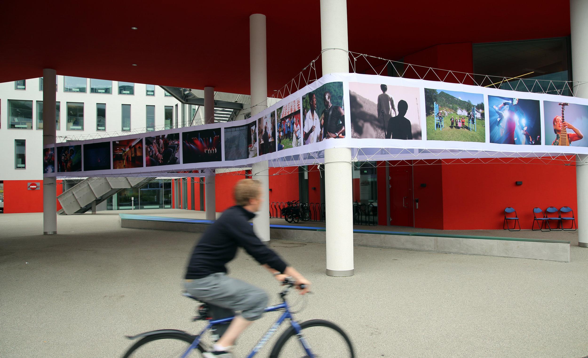 Bildet er frå Festivalutstillinga i 2014, som var kurert av Oddleiv Apneseth. Ei spektakulær utstilling som vart strekt ut mellom søylene på det nye rådhuset i Førde. Foto: Knut Utler