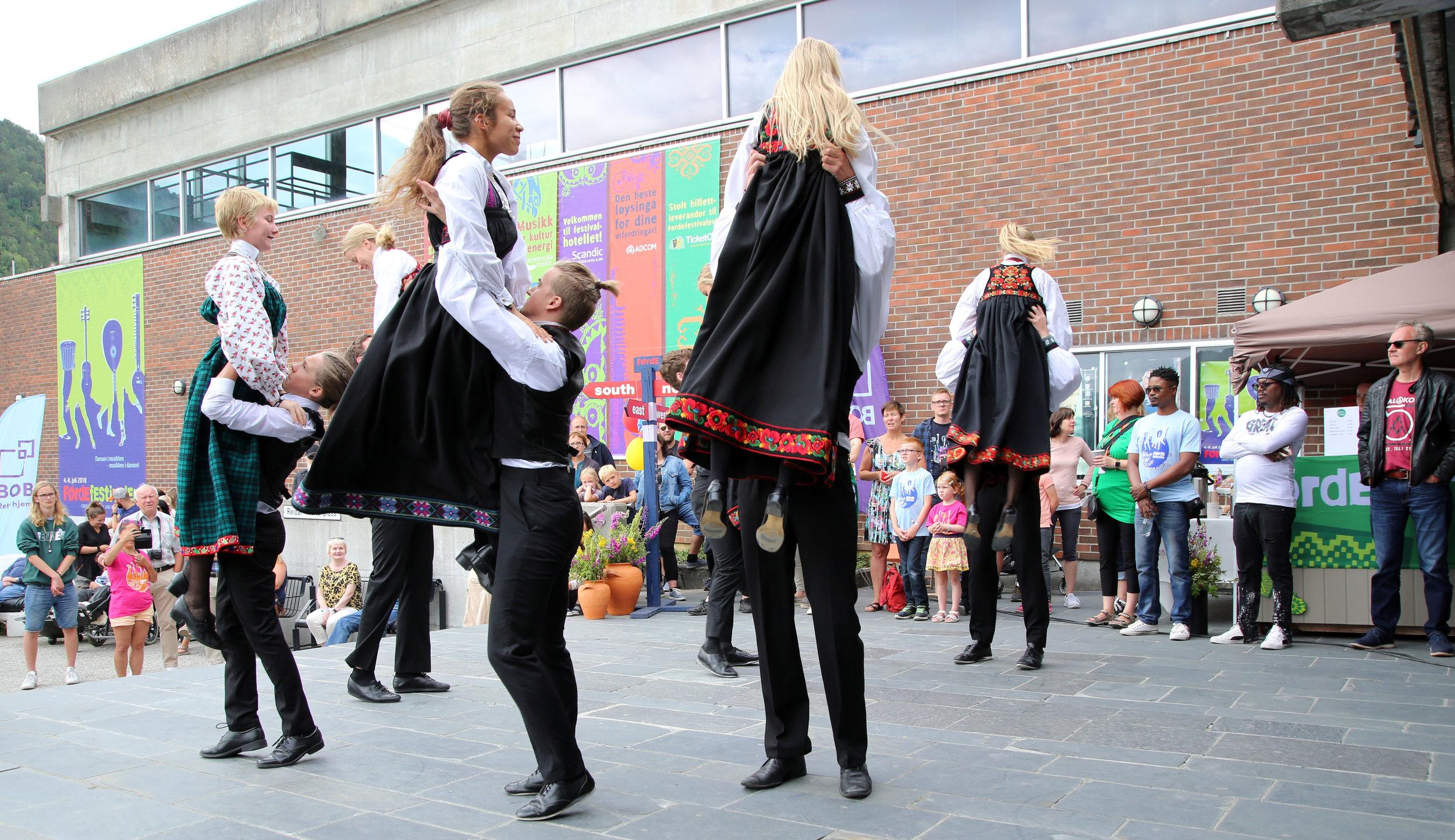 Dyktige unge dansarar, Hallingan, svingar seg utanfor hovudinngangen til Førdehuset. Familiesøndagen samlar mykje folk i alle aldrar, inne og ute i storstova vår, som frå i år altså er forsynt med GRATIS WIFI!!