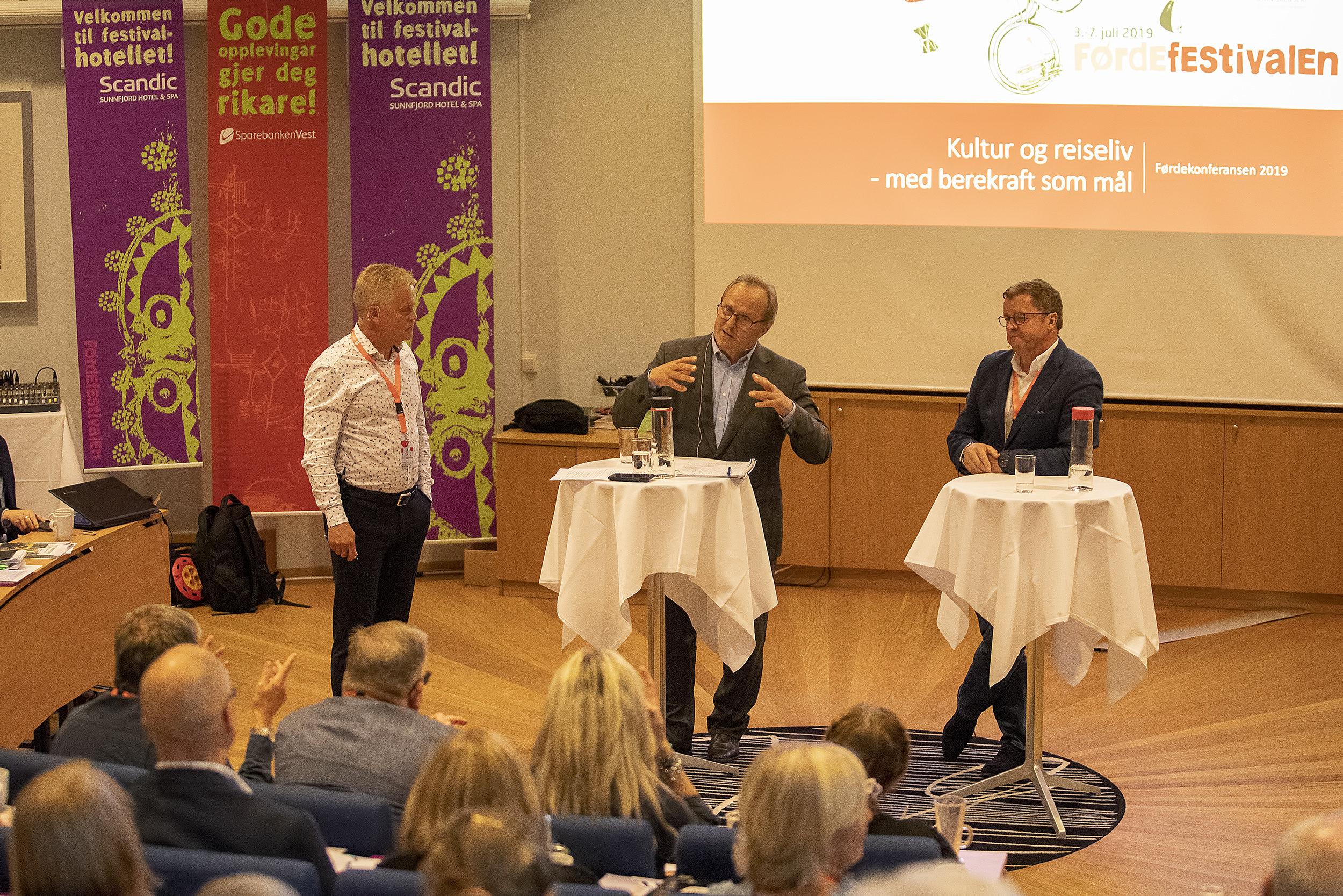 Rolf Sanne Gundersen leia samtalen med Dagfinn Neteland (Fjord1) og Sigurd Kvikne. Foto: Espen Stensvoll.