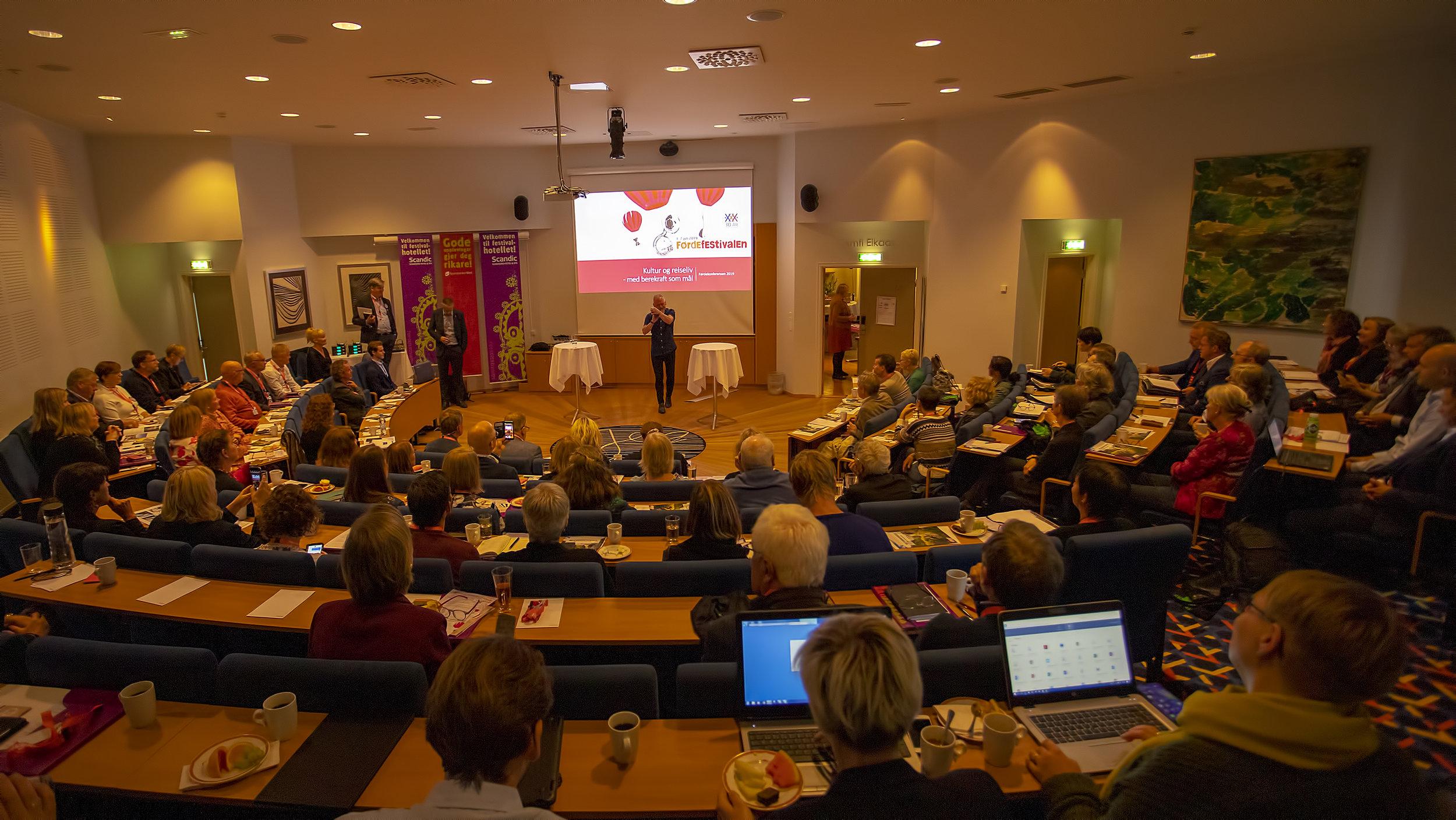 Karl Seglem opnar Førdekonferansen 2019. Foto: Espen Stensvoll.