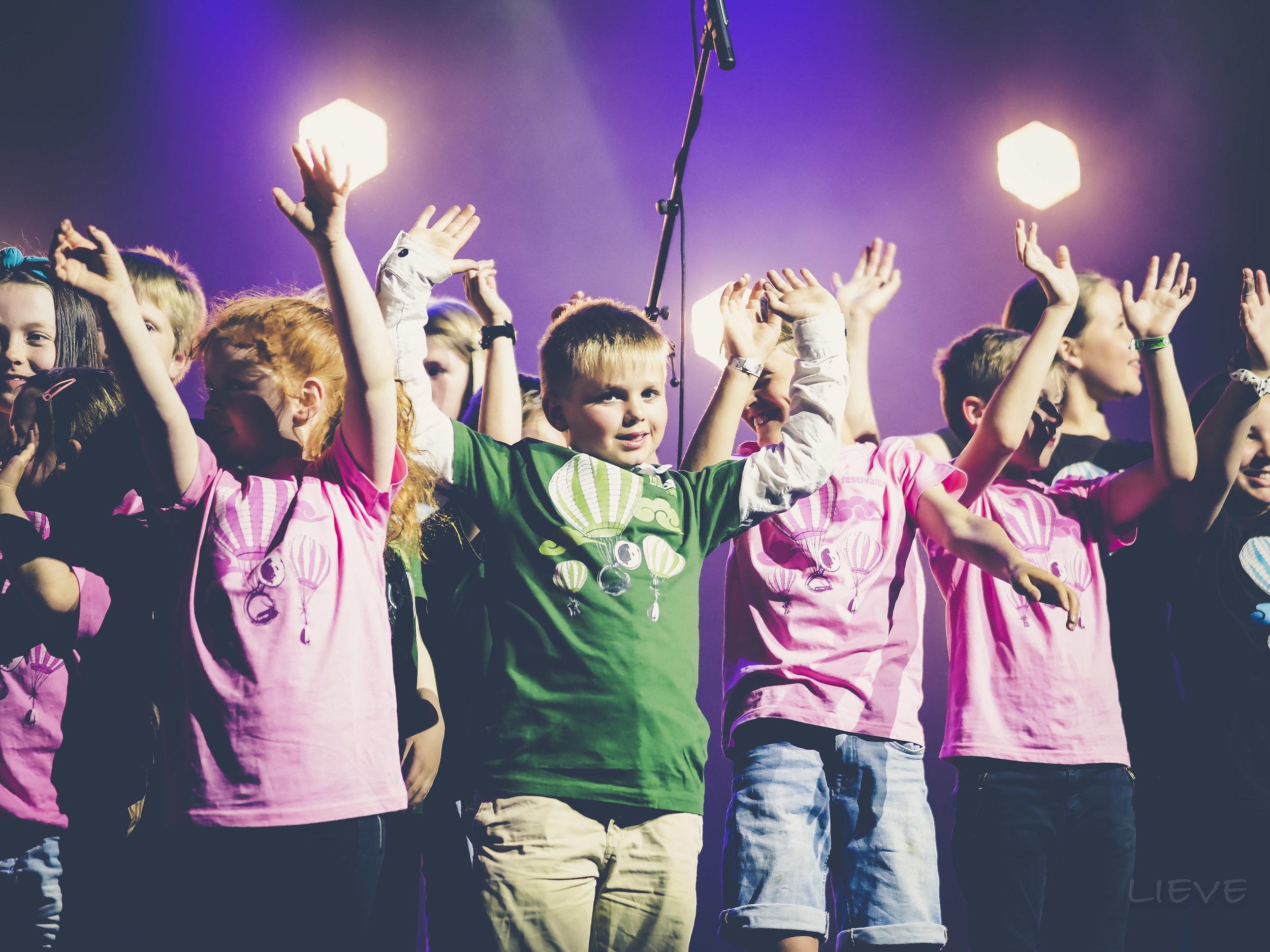 Eit nydeleg barnkor framførte bursdagssongen på opningskonserten. Foto: Lieve Boussauw
