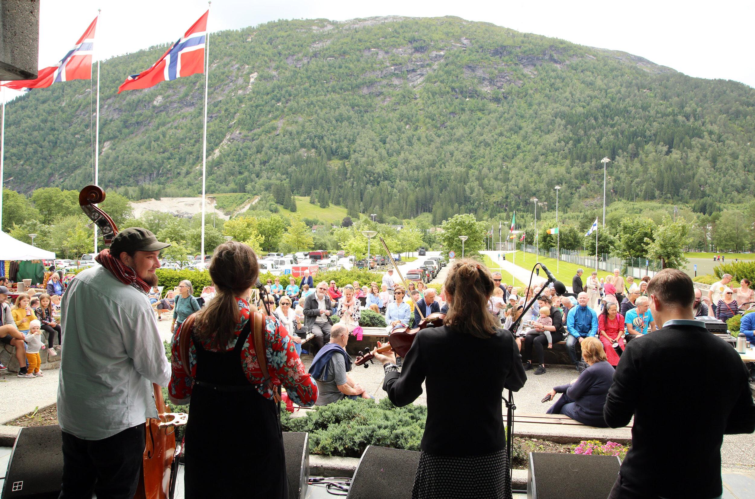 Familiesøndagen er eit populært gratisarrangement på festivalen. Her med Floating Sofa Quartet i aksjon på utescena ved Førdehuset. Foto: Knut Utler