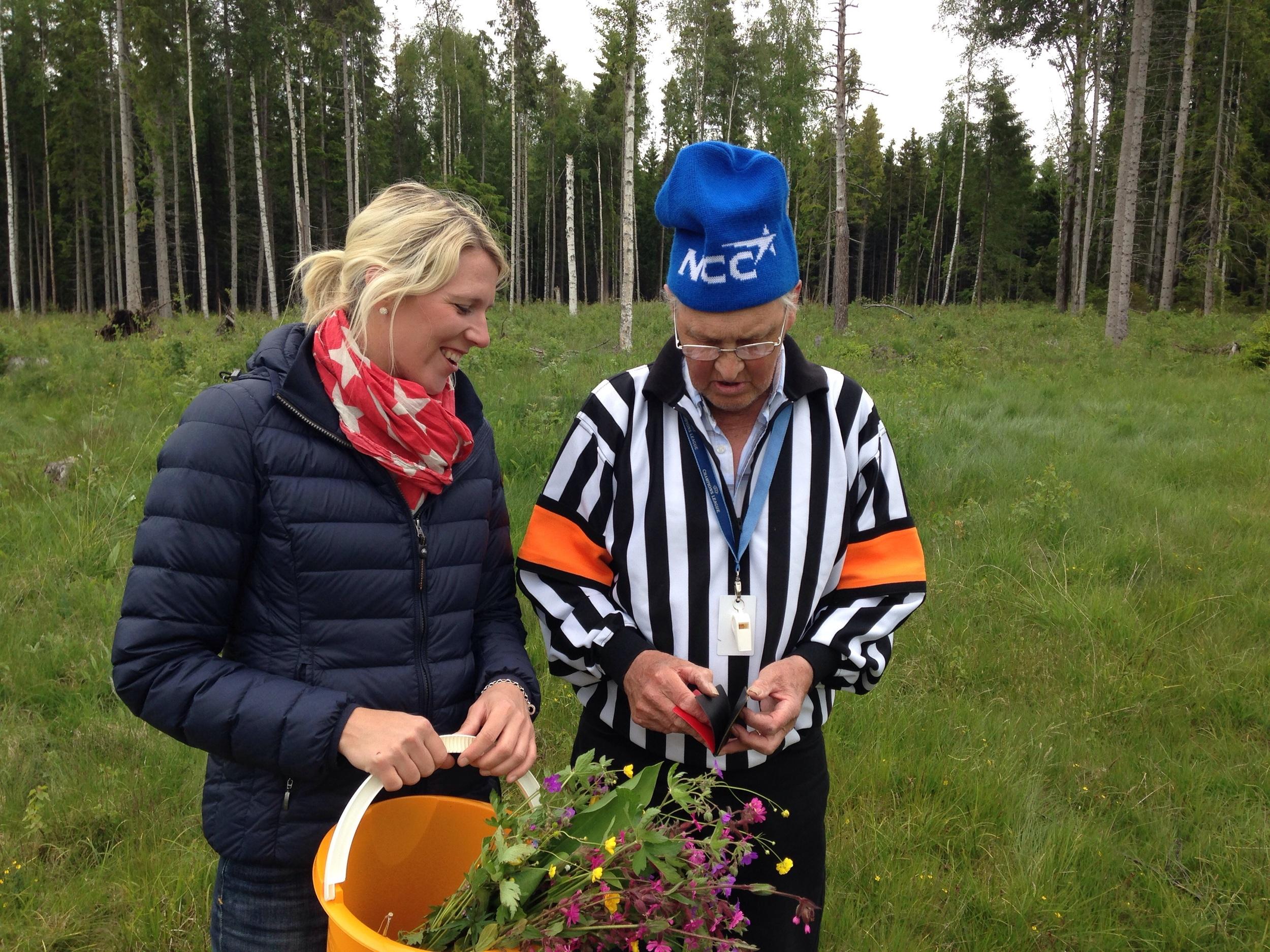 I skogen i Dalarna för att plocka blommor till krans o Midsommarstång, gjorde man inte som domaren sa fick man rött kort :)