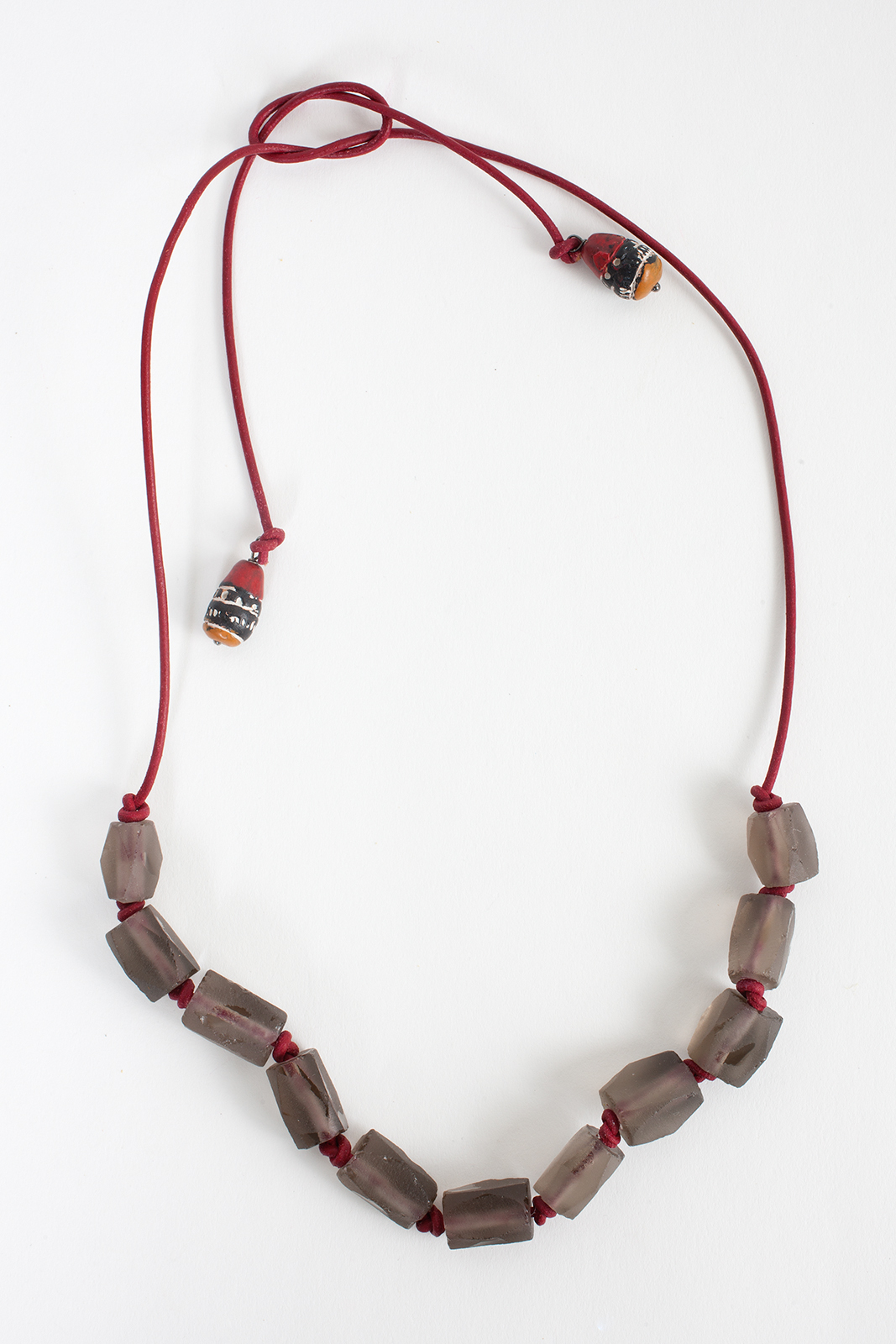 The Joshua necklace on red leather is so perfect for the MENSWEAR look. The length of this necklace is adjustable. So you decide if you prefer to wear it shortened inside your pinstripe shirt, or longer under the collar.