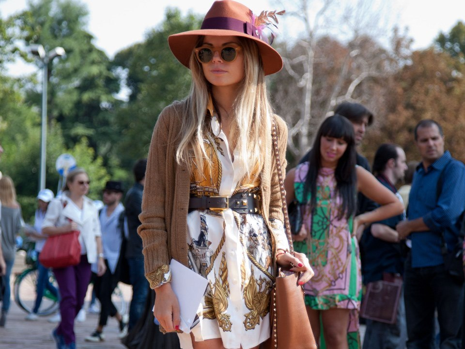 Of course, I could not forget that folkloric, retro '70's look for fall called BOHO CHIC. Are you BOHO? If you have ever shopped in a vintage store, are not afraid to wear prints, and you love to combine patterns and textures, then you may be a BOHO girl! If you are, you better have a floppy hat, big sunglasses and a cognac leather handbag.
