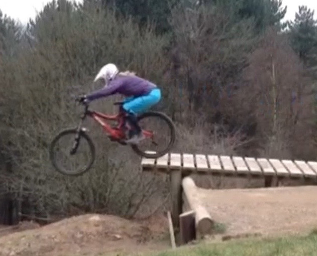 Hannah has been through our course progression Fundamentals, Flow and Tech trail riding. Because her Fundamentals were strong, the drops came easy. This pic was from her first drop session.