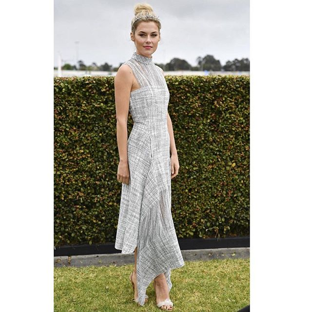 The stunning @rachaelmaytaylor arrives today at  #caulfieldcup wearing  @dionlee @suzyorourkehats @louboutinworld  #rachaeltaylor