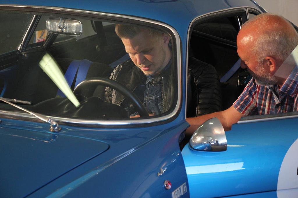 2016: Steen Tygesen røber A110-hemmeligheder til Renault Sports F1-kører Kevin Magnussen. Bilen og unge Magnussen stod i foråret 2016 model ved en fotosession for et kendt, dansk tøjmærke. (Foto: Ejvind Dyrebjerg Davidsen)
