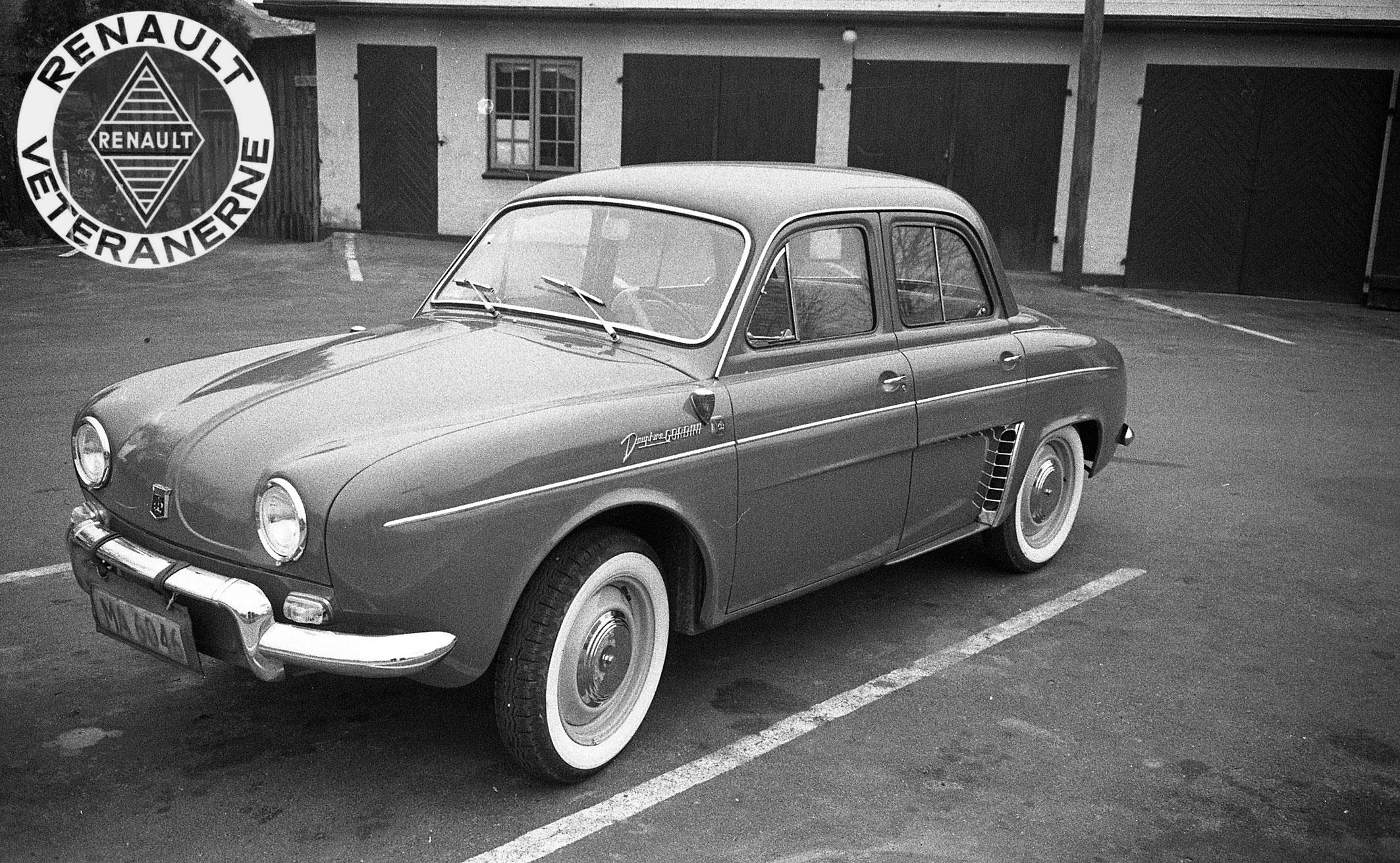 Her ses en af de allertidligste Dauphine Gordini i Odense hos aut. Renault-forhandler Svend Aage Madsen anno 1959. Bemærk det noget kiksede valg af Ermax blinklygte lige ved siden af det fabriksmonterede rød/transparente, som desværre ikke kunne godkendes i Danmark – hvor der kræves orange sideblinklygter. Der kom dog ikke mange Gordini til Danmark før omkring 1962/63.