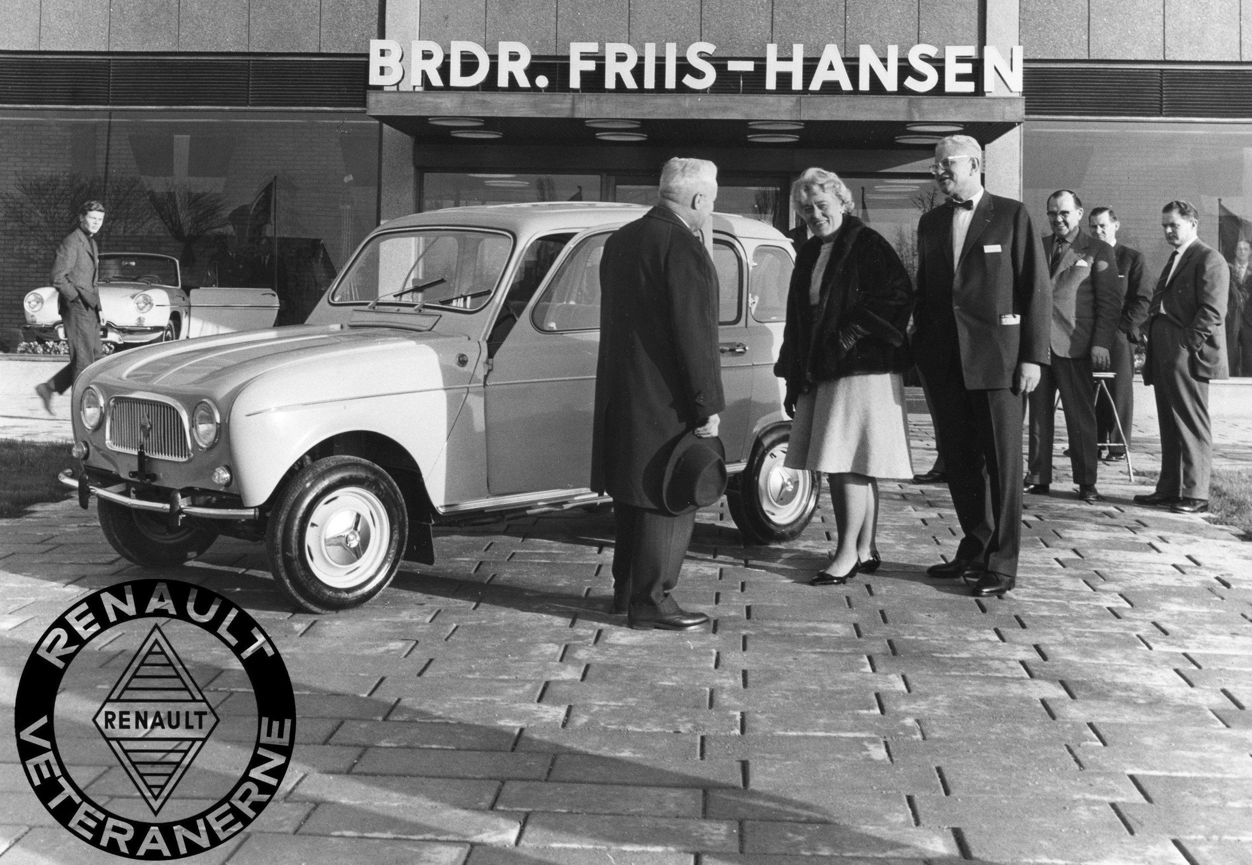 Brdr. Friis Hansens nye hovedsæde ved indvielsen i december 1961. Her med en af de allertidligste Renault 4 i Danmark. Til venstre ses firmaets mangeårige sagfører Cai Starck-Sørensen sammen med Aase og Ejnar Friis-Hansen.