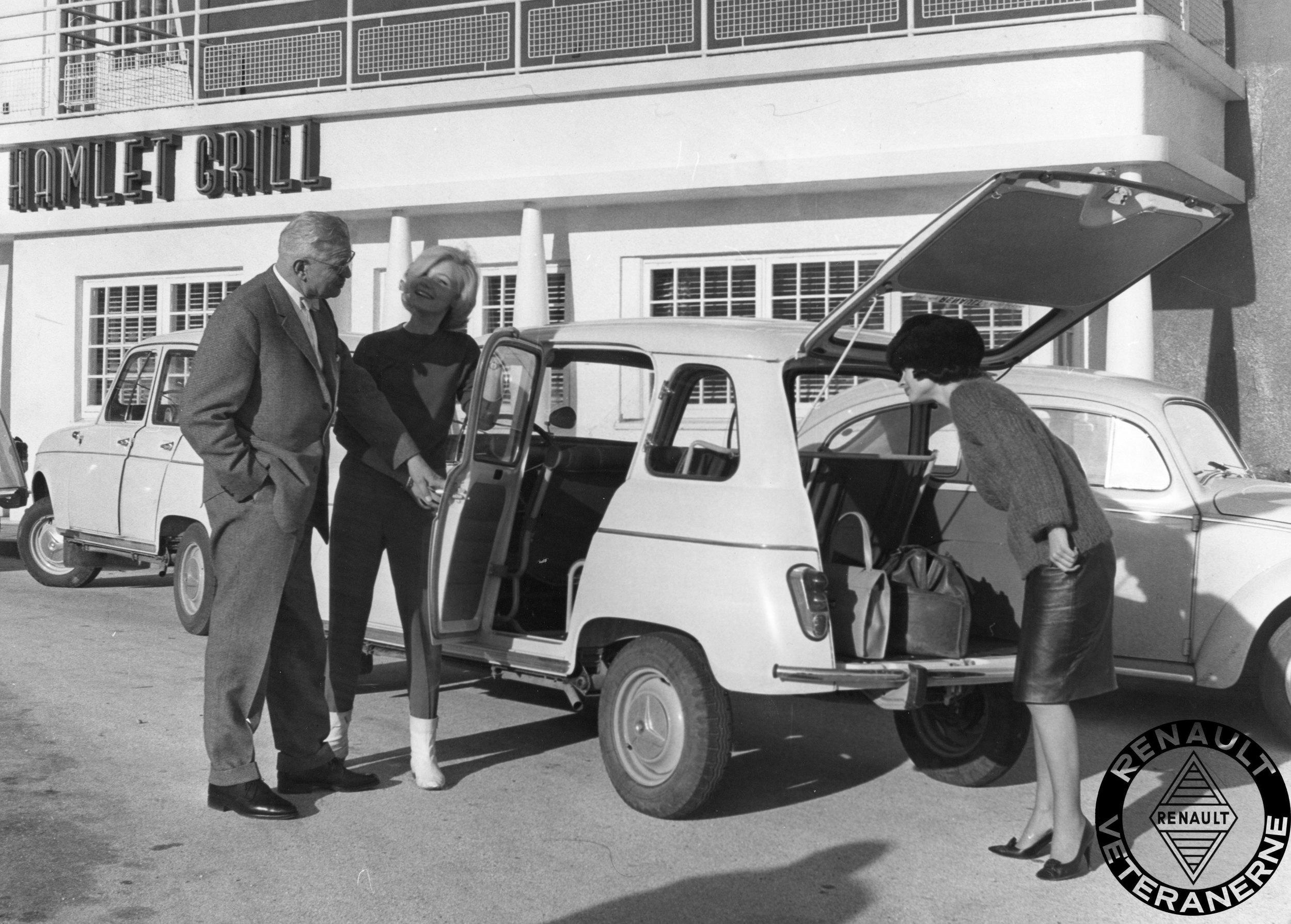 Den helt nye Renault 4 ses her i foråret 1961 efter i sømmene af direktør Ejnar Friis-Hansen med damer.
