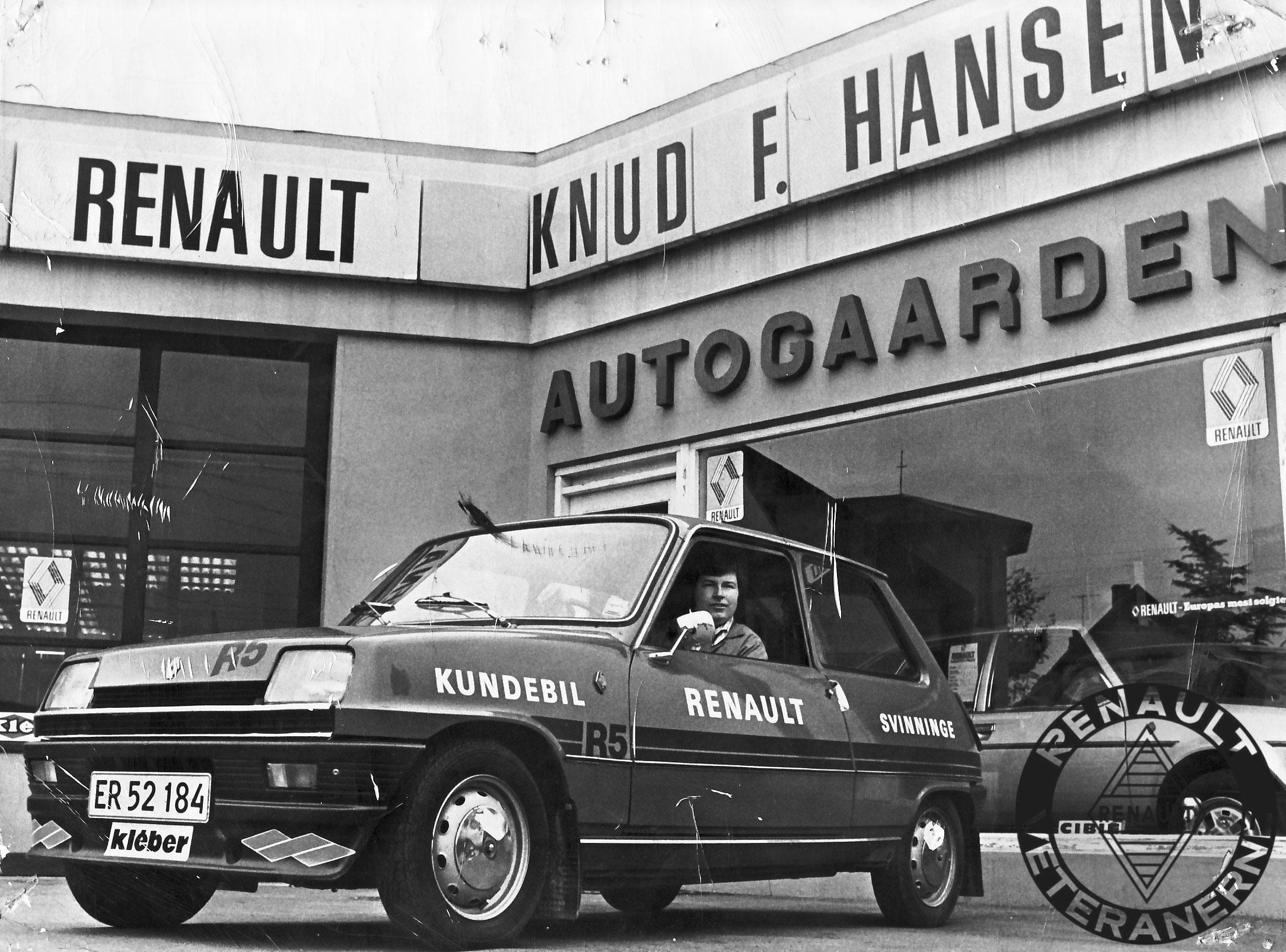 """Den lille """"Stålmus"""" R5 var et populært valg – ikke blot hos Renault-kunder – også til race.Her er det aut. Renault-forhandler Ole W. Hansen fra Autogården i Svinninge, der lige er blevet foreviget i en udlånsbil."""