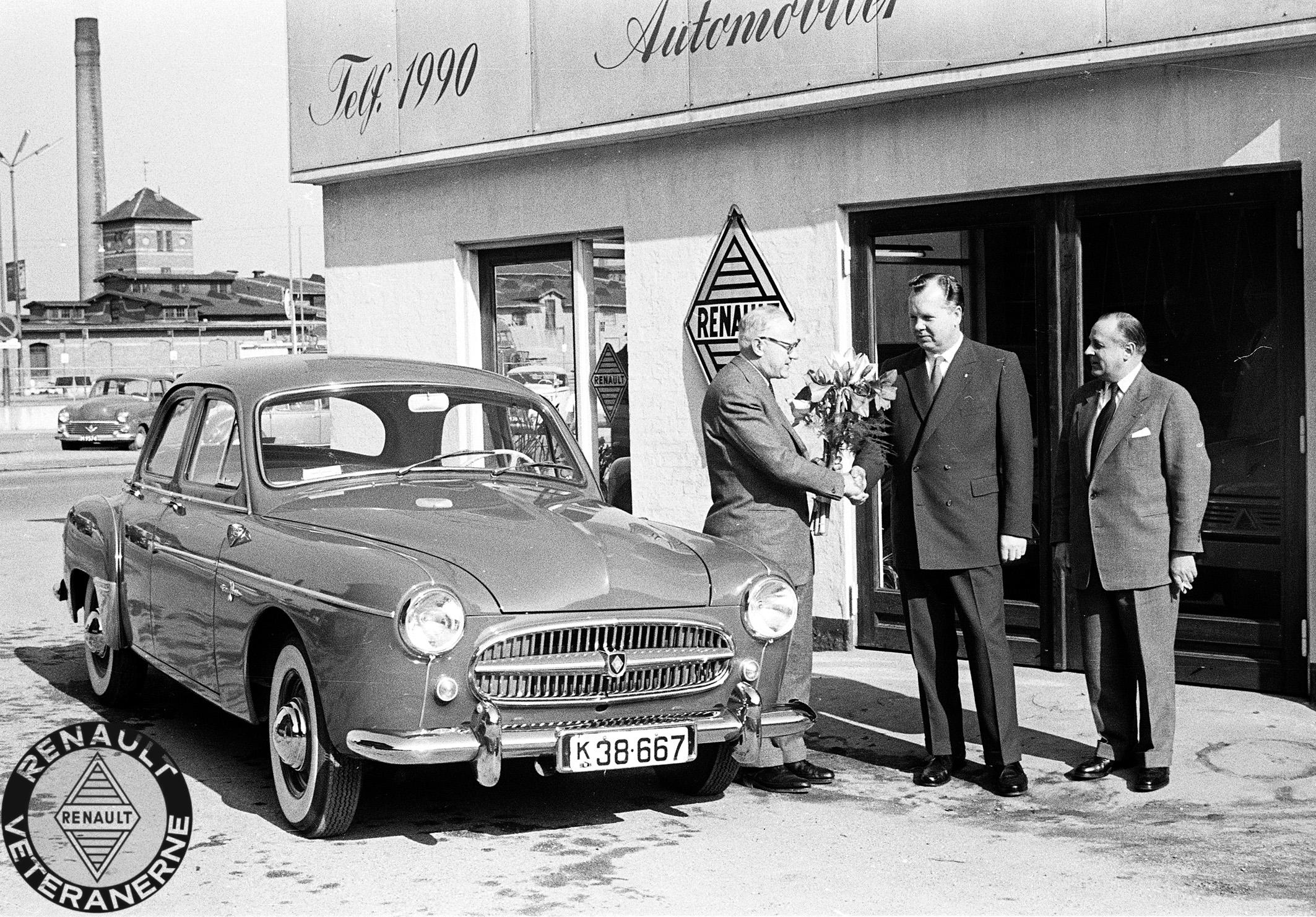 Da Svend Aage Madsen (i midten) i 1958 havde indviet sin nye forretning i Odense, blev dette naturligvis behørigt fejret. Her kom salgsdirektør Peder Lisberg (tv) og rejseinspektør Halvor Kent (th), som repræsentanter fra Brdr. Friis-Hansen, kørende til åbningen i topmodellen Renault Frégate Transfluide.