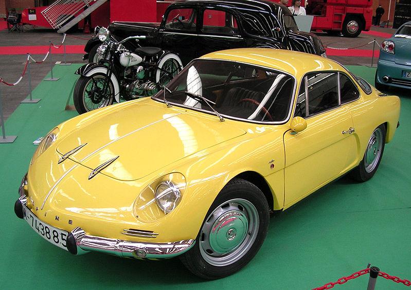 Man kan tydeligt se, at Alpine A108 bærer de mange designtræk, som man nogle år senere kunne genfinde påden ikoniske A110.