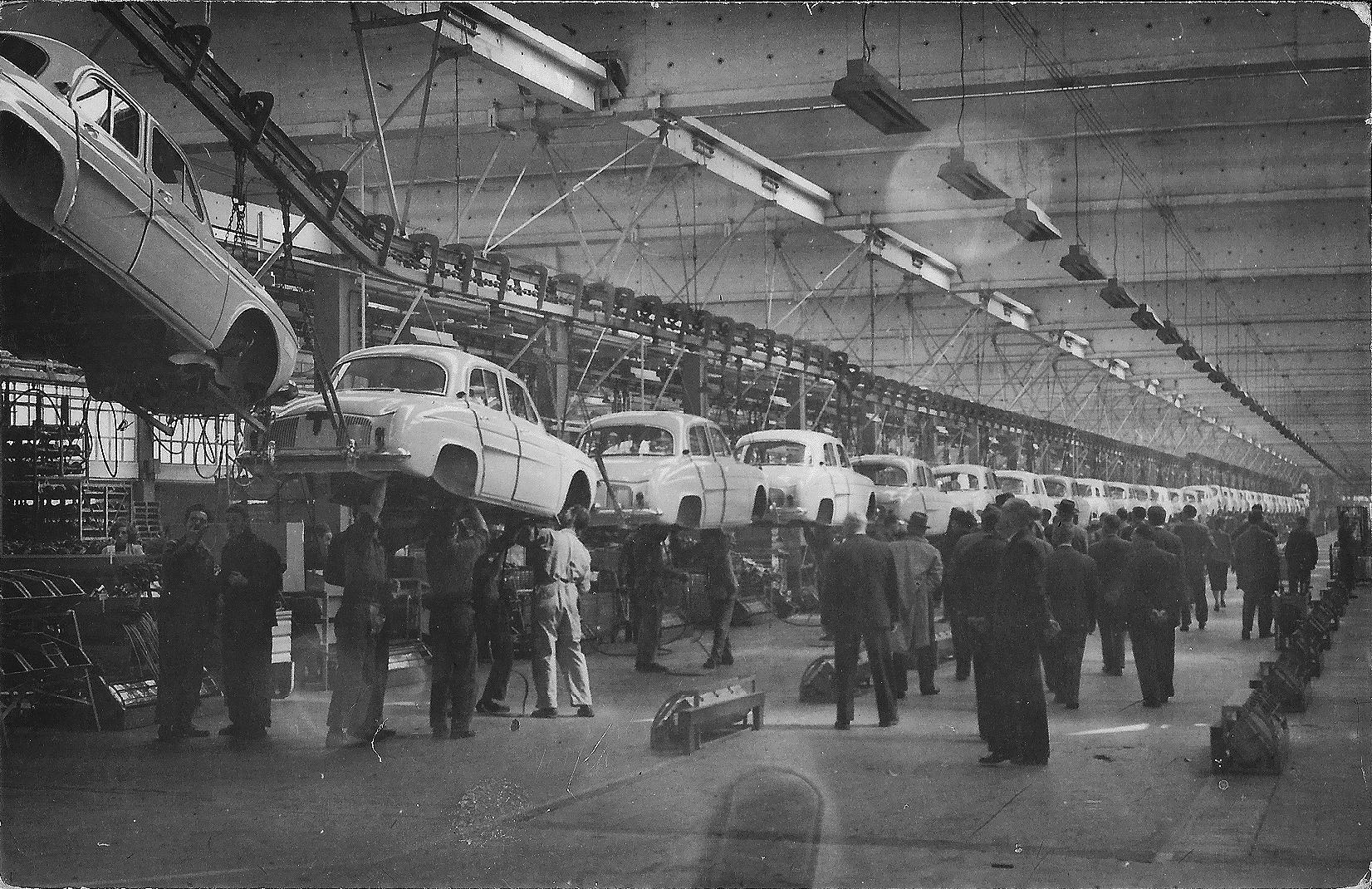 Dauphine blev fremstillet på Renaults fabrik i Flins. Den ligger ca. 40 km nordvest for Paris og er fabrikkens ældste og største fabrik indenfor landets grænser. Fabrikken blev etableret i 1952 og har siden starten produceret ca. 20 mio. biler. Ud over forskellige udgaver af Clio producerer fabrikken i dag blandt andet elbilen Zoe og batterier til denne, og komponenter til Renault og Nissan-modeller.