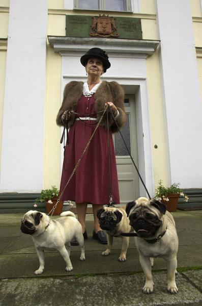 Kvinna o hundar2.jpg