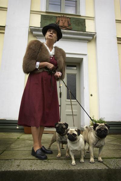 Kvinna o hundar.jpg