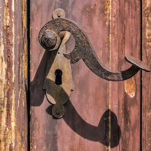 old-metal-door-handle-bergadder-unsplash.jpg