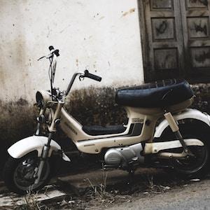 classic moped1-durong-tri-unsplash.jpg