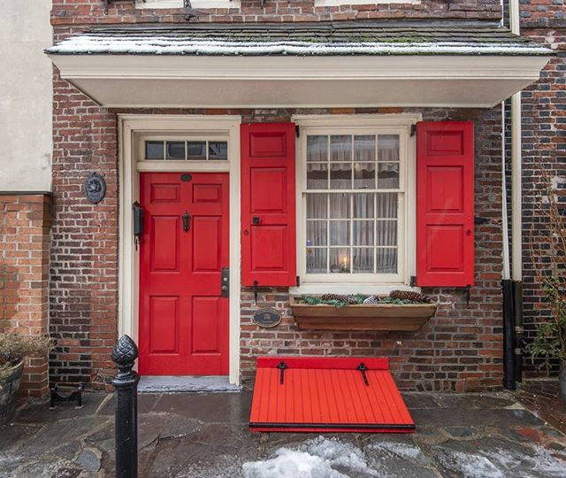 We are throwing it back to 1703 this Thursday in our recent blog post! Check out the oldest house in Philly. Link in bio. . . . #historicphilly #philly #philadelphiarealestate #phillyrealestate #home #historichomes #elfrethsalley #realestate #realtor #realtorlife #realestatephotography #realestateinvesting #philadelphia #photography #ushistory #history #instahome #instalove #instalike #instacool