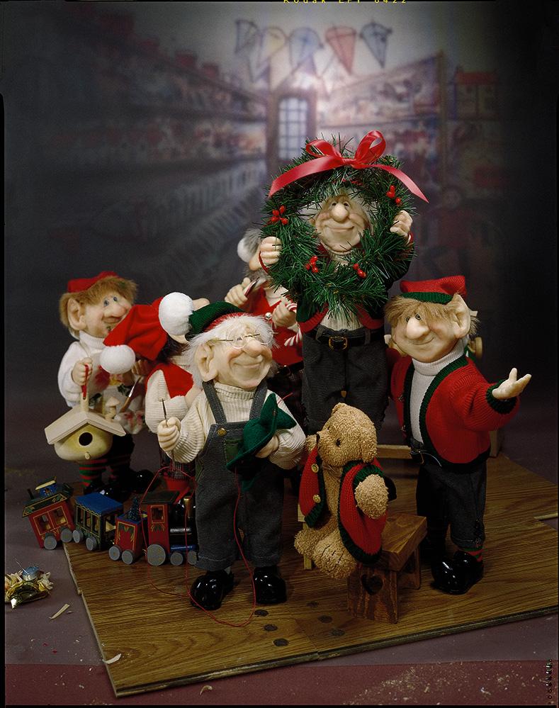 Elves-with-a-wreath.jpg