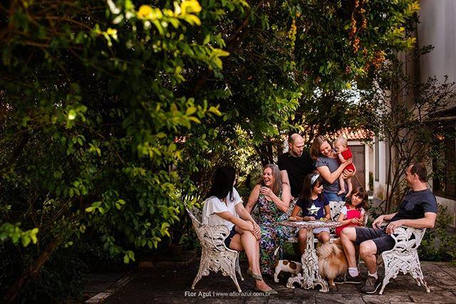 Uma sequência de retratos lindos e verdadeiros de família!  A Thaissa e o Thor moram na Alemanha, tiveram o Nikolas e vieram para o Brasil apresentar o novo baby para a avó, tios e primas e ficamos muito muito gratos por ela ter se preocupado em registrar um momento tão lindo e único, tanto para a família quanto para o Nikolas. Incrível pensar em quão valioso serão essas lembranças para ele! Tem coisa mais gostosa do que ver fotos de infância junto da família? - - #familiaflorazul #ensaiodefamilia #paisefilhos #fotografiadocumental #fotografiadefamilia  #fotografiadocumentaldefamilia #maedemenina #familia #meufilho #paipresente #vidademae #infancialivre #infancia #filhos #festainfantil #clickinmoms #momentosquemarcam #fotografiainfantil #familyphotography #candidchildhood #alphamães #fotografialifestyle #alphavilleearredores #alphavilleeregiao ##mamaeblogueira #algodobem #cameramama #alphaville #irmãos