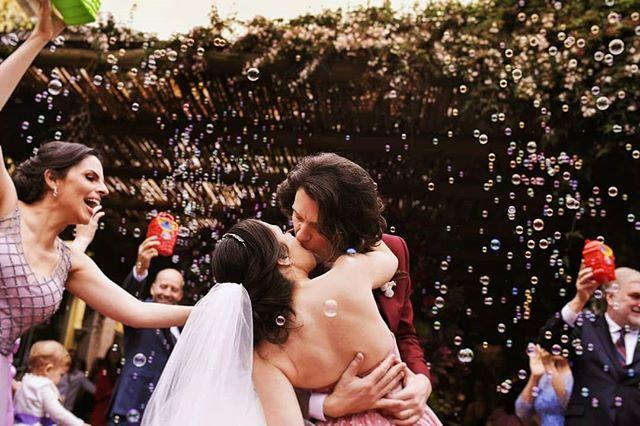 《VERMELHO》QUENTE. INTENSO! Vai vendo o que acontece quando se casa de batom vermelho e não se economiza no beijo haha 👉 - - #noivosflorazul  #pelodireitodesepresentear  #casamentodedia  #bohochic  #noivadevermelho  #casamentonocampo  #lapisdenoiva  #blognoivaansiosa  Assessoria: @pretissima  Vídeo: @mariyurimakeamoment Fotografia: @florazulfotografia  Decoração: @suvaekike Mobiliário: @odairromeiro  Beleza: @isacmuniz @roovanini  Som e Iluminação: @djedumonteoliva Doces: @confeitariaduo @kykahdoces @mbeatriz_doces Beleza convidados: @giselebarbosaatelier  Bar: @faroinbar