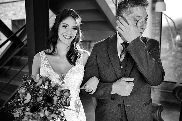 😱 Sente a sequência desse encontro!! Se você é noiva, vai te tocar e se você é pai ou mãe também!  A felicidade do encontro + a felicidade e emoção de ver eles irem... Eu morro do coração revendo tudo isso! rsrs 😭💙 - - #casededia #pelodireitodesepresentear #casamentorustico #casamentonocampo #noivas2019 #bestwedding #instabride #eudissesim #digasimassessoria #vestidadenoiva #sayido #casar #voucasar #portrait #brideportrait #fotografiadecasamento #casamentolindo #noivei #alphavilleearredores #wedding #bestwedding #noivos #noivado #fotografosdecasamento #documentarywedding