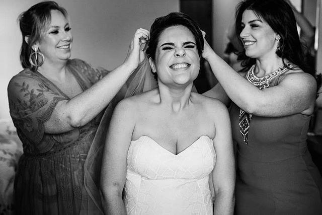 😍 Quando o mesmo Véu casa as 3 amigas e madrinhas! Praticamente uma coroação, né não?  Olha a sequência desse momento massa! Que demais!! 👰 - - #casededia #pelodireitodesepresentear  #madrinhadecasamento #bridesmaid #madrinhas #makingof #casamentorustico  #casamentofloreursinho⠀⠀⠀ #bestwedding #instabride  #eudissesim  #digasimassessoria⠀⠀⠀ #sayido  #casar  #voucasar  #portrait #brideportrait  #fotografiadecasamento  #casamentolindo ⠀⠀⠀⠀ #bestwedding  #noivos  #noivado  #fotografosdecasamento #documentarywedding #casamentonocampo  #noivas2020 #voucasar