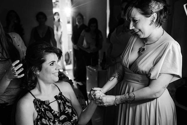 """🤝O apoio que só uma madrinha pode dar ❌ A AJUDA """"DELICADA"""" que os brothers conseguem dar! hahahaha 😧🤦♂️ OU Traduzindo: - """"amiga meu deus, como você está linda, vai dar tudo certo!! - """"ANDA CARAIO, Esse casamento é pra HJ, boraa!"""" 🤣🤣 - - #casededia #pelodireitodesepresentear  #madrinhadecasamento #bridesmaid #madrinhas #makingof #padrinho #noivo #casamentorustico  #casamentofloreursinho #bestwedding #instabride  #eudissesim  #digasimassessoria⠀⠀⠀ #sayido  #casar  #voucasar  #portrait #brideportrait  #fotografiadecasamento  #casamentolindo #bestwedding  #blognoivaansiosa  #noivado  #fotografosdecasamento #documentarywedding #casamentonocampo  #noivas2020 #voucasar"""