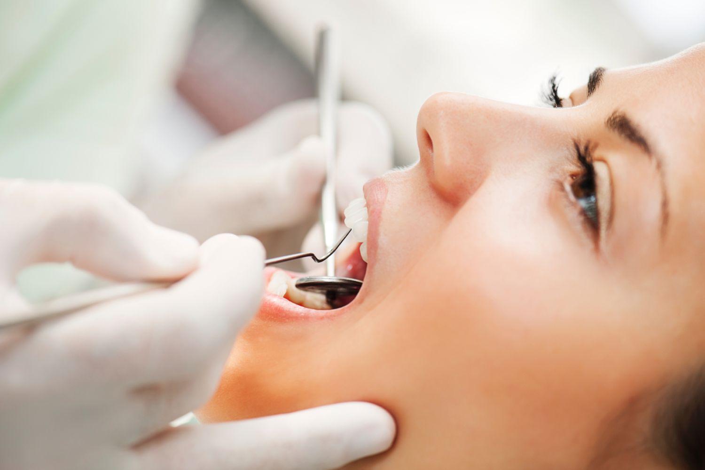 Frau-beim-Zahnarzt-vor-der-Weisheitszahn-OP.jpg