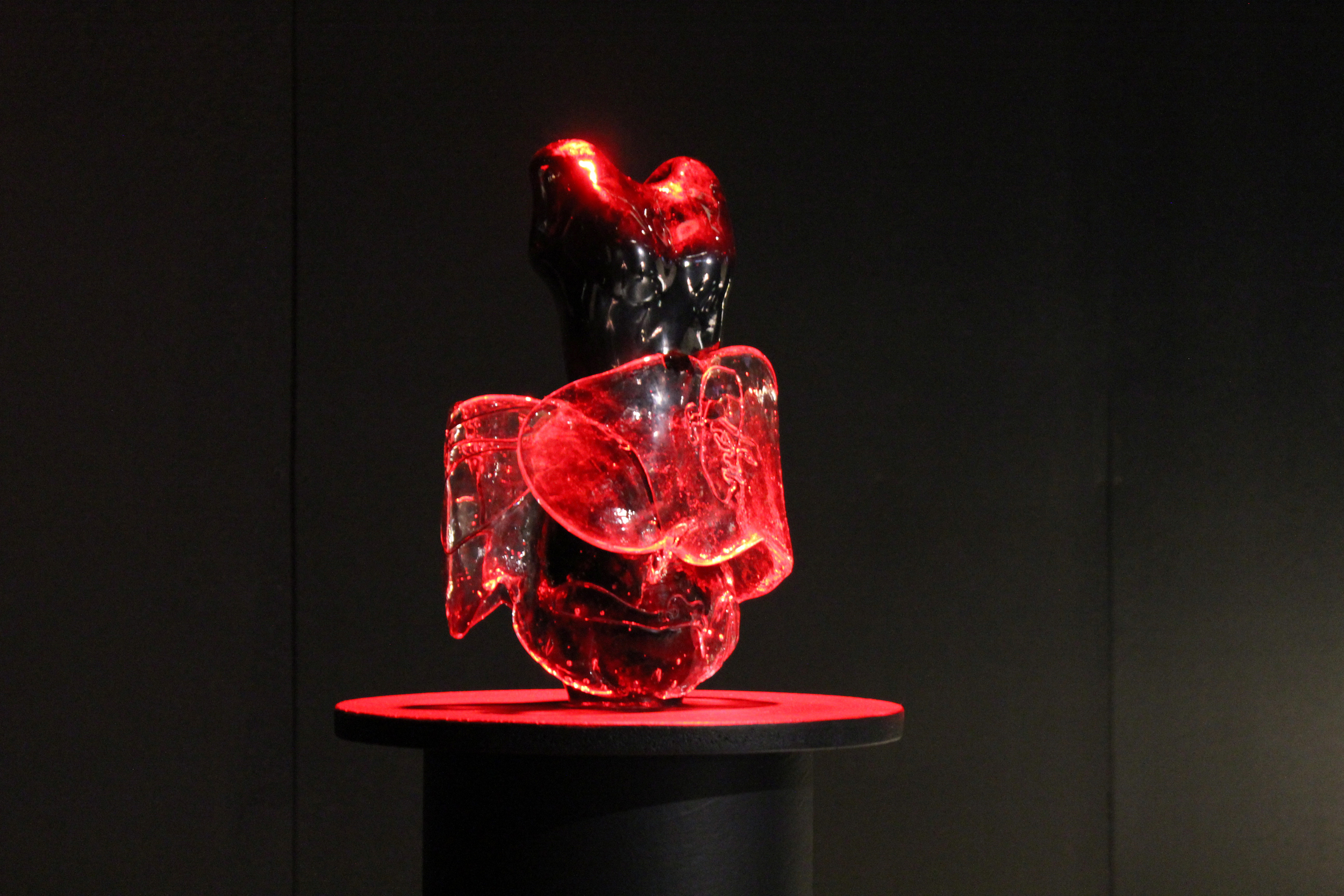 Going Live ✤ 2016 ✤ Blown and Hot Cast Glass with Copper Wire Inclusion ✤ 4 x 7 x 12 in 10 x 18 x 30.5 cm The image above show the piece displayed at an exhibition with a red spotlight to highlight its current significance.