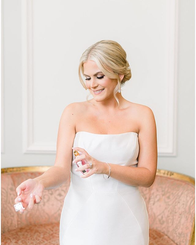 Happy Friday loves!  I'm just sitting here obsessing over weddings... more pics of our lovey Taylor 😍 . . . . Dress: @pronovias @rosisbridalstudio  Veil: @blossomveils  Photo: @fabianaskubic  Venue: @therockleigh